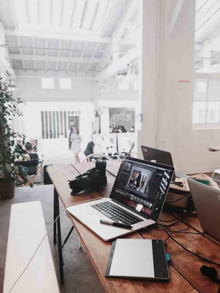 Création dépliant dans un studio graphique
